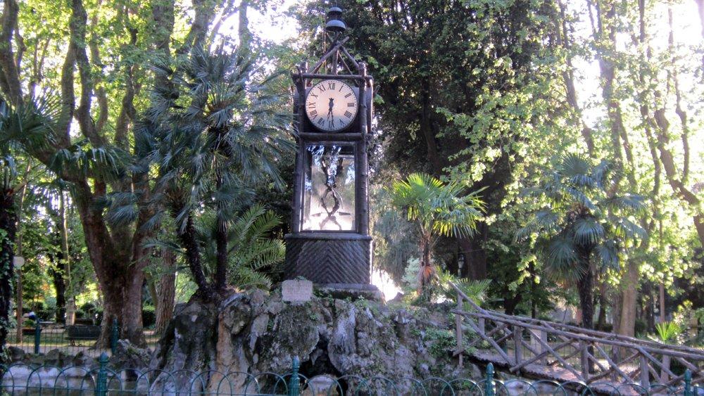 часовник в градините