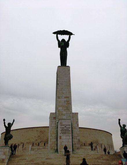 статуя на хълма