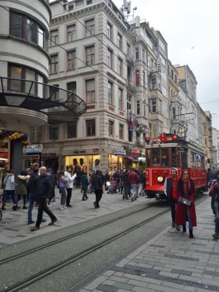 Площад Максим и червеният трамвай