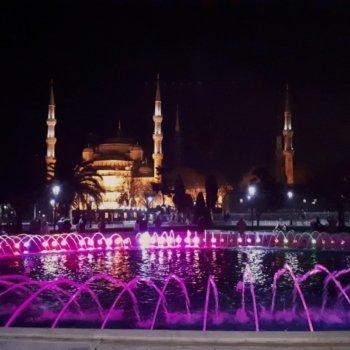 Истанбул в пълния си нощен блясък
