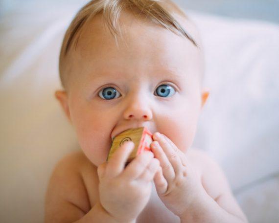 подарък за бебе, свързан с хапване