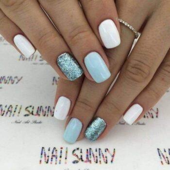 бяло и сребристо къси нокти
