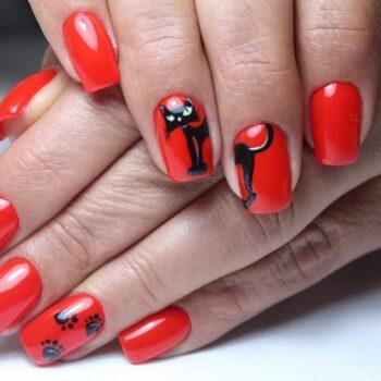 червени нокти с коте