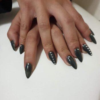 дълги остри тъмни нокти