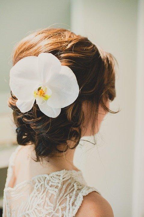 прическа за къса коса с цвете