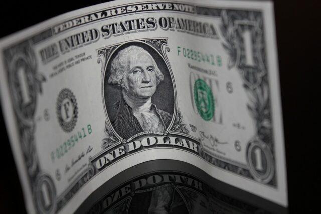 един долар