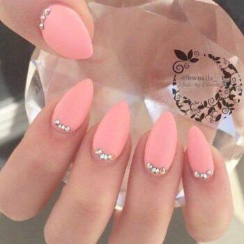 розови нокти с камъчета