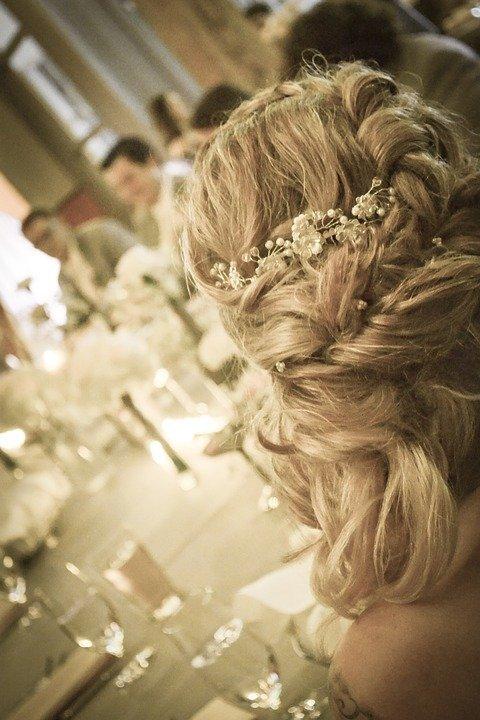 сплетена прическа за сватба