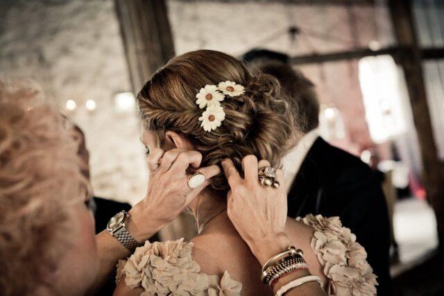 вдигната коса с цветя