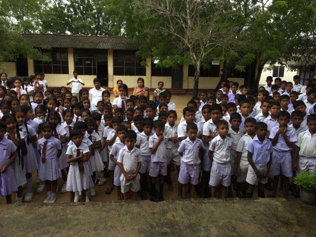деца в училище Шри Ланка