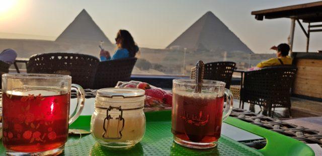 чай пред пирамидите