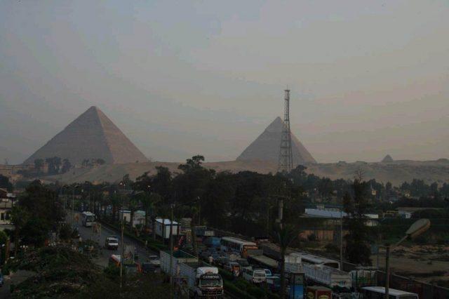 пирамиди в Гиза до града