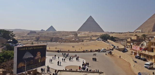 пирамидите в Гиза отпред