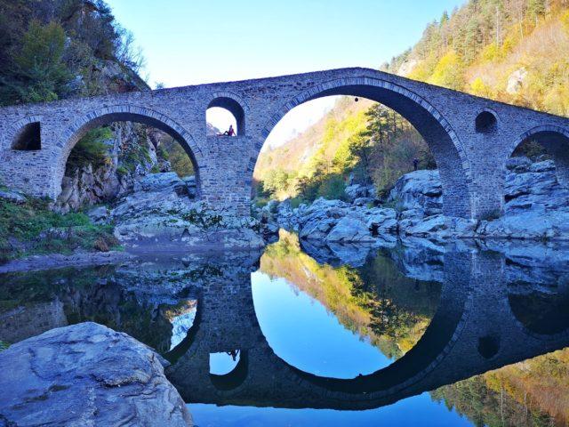 златен час за отражение на моста