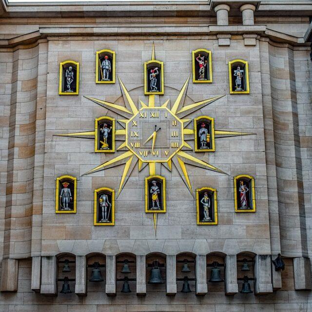 Брюксел - сградата с часовника