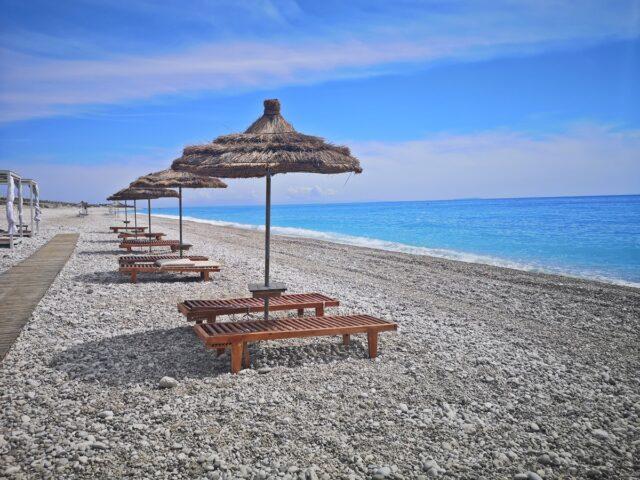 каменист плаж в Албания